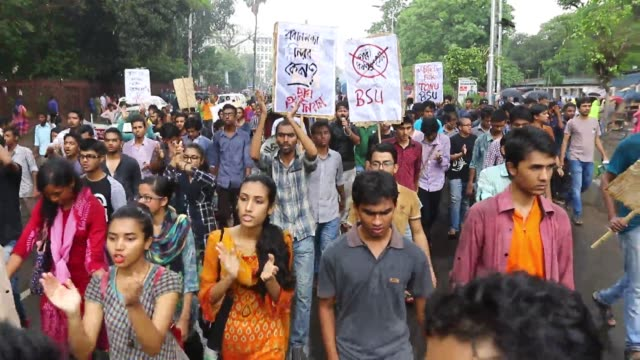 vídeos de stock, filmes e b-roll de police bar demonstrators seeking justice for the murder of comilla college student sohagi jahan tonu from marching to the prime minister's office on... - estudante universitária