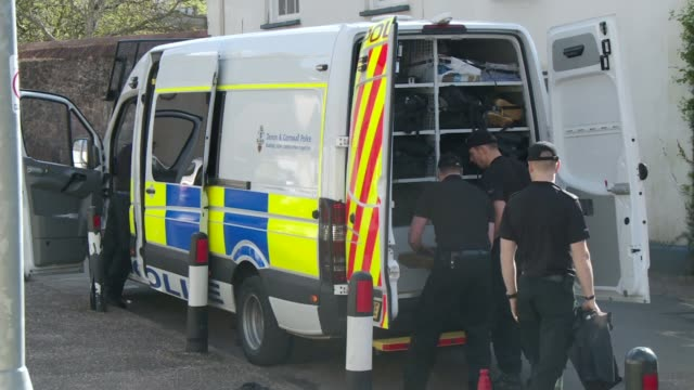 police begin excavations at home of paedophile couple; england: devon: ext police along beneath plastic sheeting to search back garden at former home... - 防水シート点の映像素材/bロール