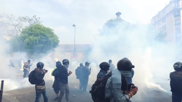 vídeos de stock e filmes b-roll de police , black block and yellow vests / tear gas / the annual may day protests on may 01, 2019 at boulevard de l'hopital, paris, france / more than... - dia do trabalhador