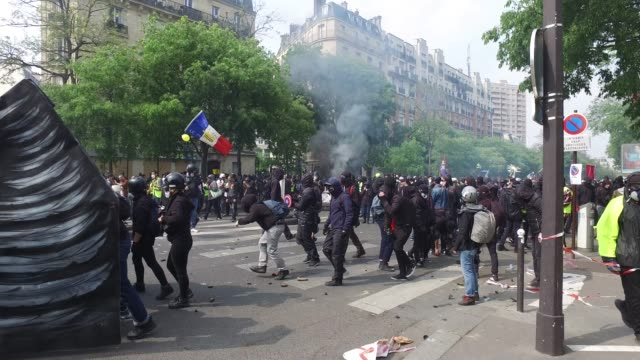 vídeos de stock e filmes b-roll de police , black block and yellow vests / the annual may day protests on may 01, 2019 at boulevard de l'hopital, paris, france / more than 7,400 police... - dia do trabalhador