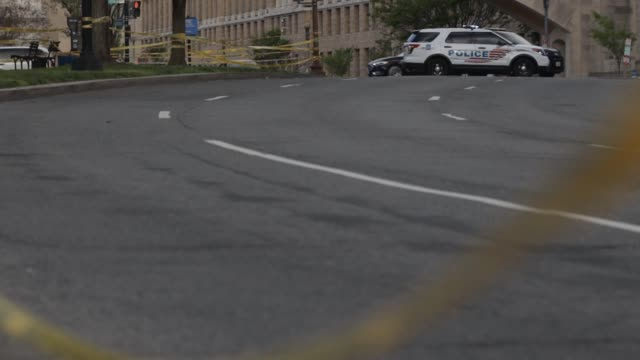 police block off a road to tidal basin during the coronavirus pandemic on april 3, 2020 in washington, dc. the district of columbia has joined other... - maryland stato video stock e b–roll