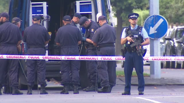police bomb detection squad assembling inside cordon after fatal terror attacks at masjid al noor mosque in christchurch, new zealand. - hinweisschild stock-videos und b-roll-filmmaterial