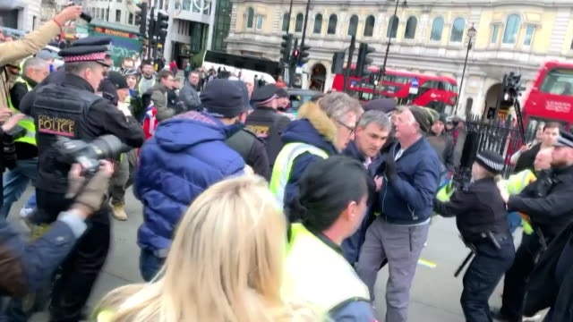 stockvideo's en b-roll-footage met police break up scuffle between pro-brexit yellow vest protestors and anti brexit protesters at trafalgar square rally - brexit