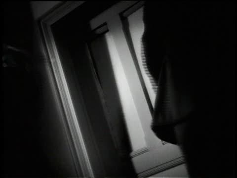 stockvideo's en b-roll-footage met 1945 ms police breaking door down with axes - bijl
