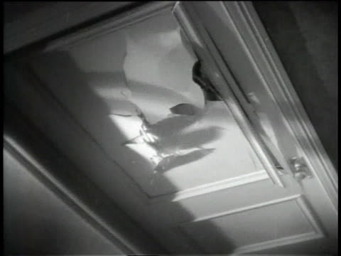 vídeos de stock, filmes e b-roll de 1945 ms police breaking door open with axes - quebrando