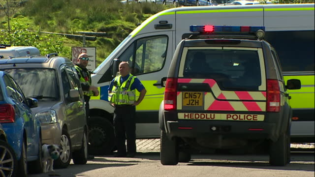 vidéos et rushes de police breaking up an illegal rave in south wales - répandre