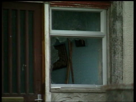 police call for end to vigilante attacks after paedophile suicide house with broken window in plymouth england devon plymouth crome walk ext crowds... - pedofili video stock e b–roll