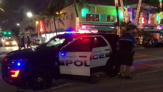 vídeos y material grabado en eventos de stock de police car and miami beach restaurants at night - oficial rango militar