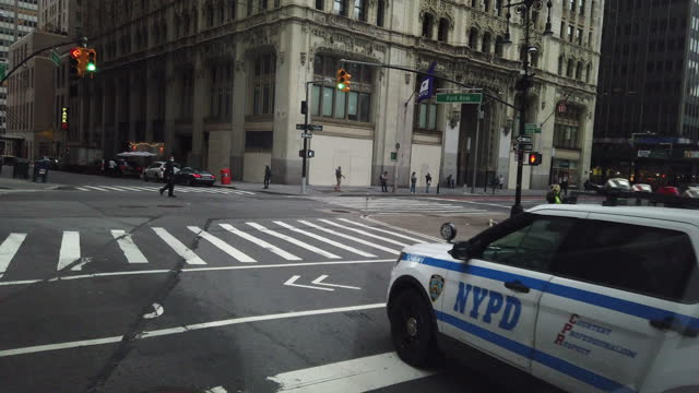 nypd police car at the road intersection - パトカー点の映像素材/bロール