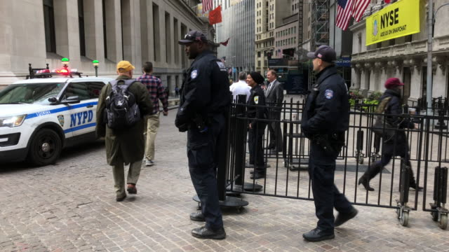 police car at wall street stock exchange - ufficiale grado delle forze armate video stock e b–roll