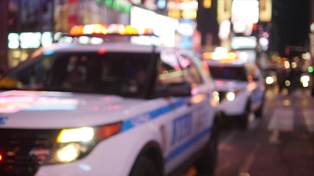 vídeos de stock e filmes b-roll de police car chasing through the streets in new york city at night. nypd crime prevention and public safety - escolta