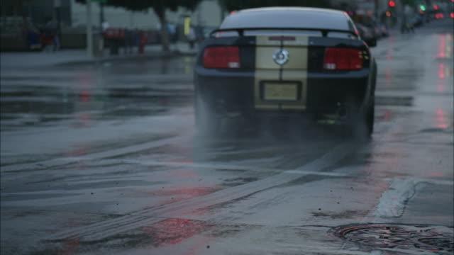 ms, police car chasing vehicle on street , los angeles, california, usa - 横滑り点の映像素材/bロール