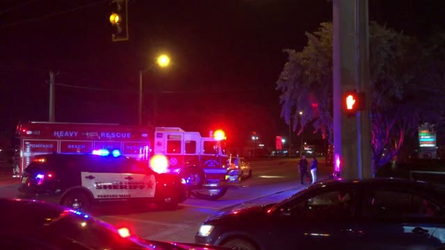 vídeos de stock e filmes b-roll de police car, fire truck and car accident at night in miami - resgate