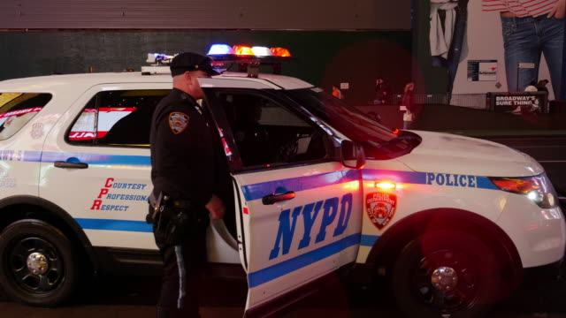 stockvideo's en b-roll-footage met nypd police car in times square, new york city - politiedienst
