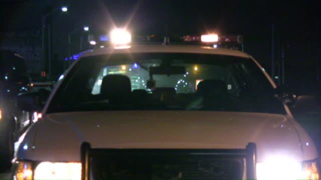 Polizei Auto Lichter blinken bei Nacht.