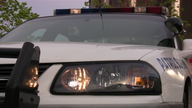 vídeos y material grabado en eventos de stock de luces de coche de policía intermitente - carro blindado