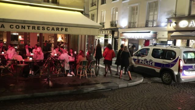 vidéos et rushes de police car monitors the closing of bars in the latin quarter on october 5, 2020 in paris, france. to fight against the covid19, the paris police... - demi finale