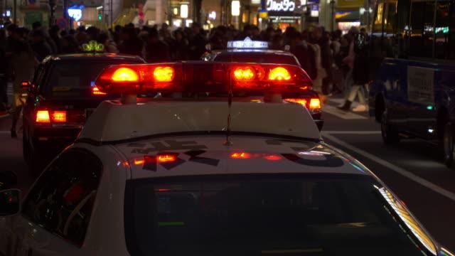 police car parked near the shibuya crossing - パトカー点の映像素材/bロール