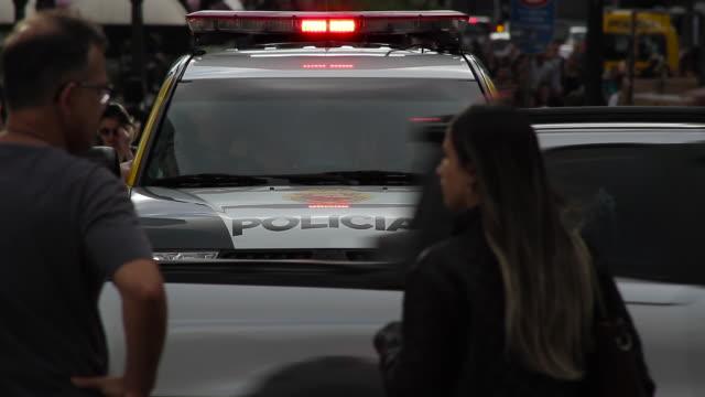 police car patrolling downtown in curitiba - südbrasilien stock-videos und b-roll-filmmaterial