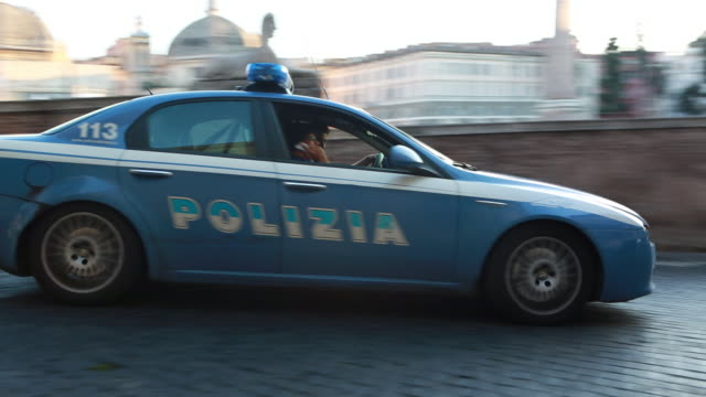 police car piazza del popolo - forze di polizia video stock e b–roll