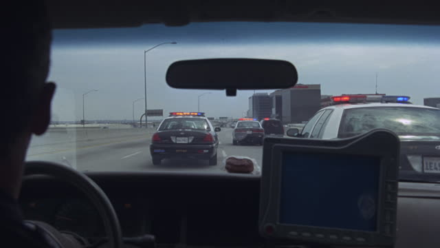 stockvideo's en b-roll-footage met a police car speeding along the 105 freeway until two patrol cars explode during a chase. - tweebaansweg