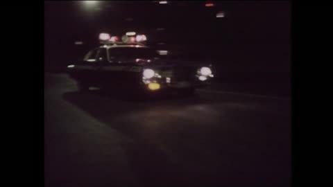 police car with sirens drives past at night: new york, 1975 - 犯罪 個影片檔及 b 捲影像