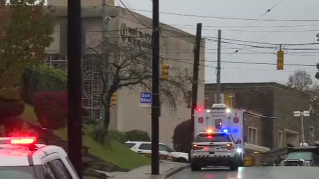 vídeos de stock, filmes e b-roll de police cars and ambulance waiting outside the tree of life congregation synagogue in pittsburgh where 11 people were killed and six injured in a... - tiroteio