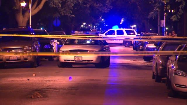 vídeos de stock, filmes e b-roll de wgn police cars at crime scene at night on june 13 2012 in chicago illinois - algema