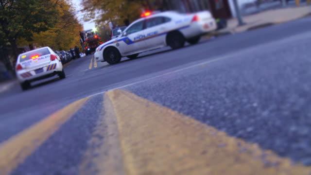 警察の車の都会的なブルー