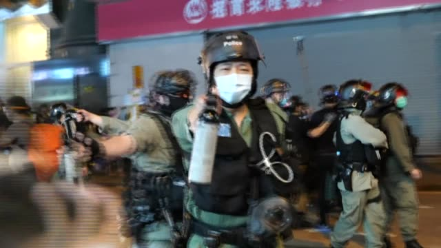 vídeos y material grabado en eventos de stock de police charge at protesters and use pepper spray as several thousand demonstrators march the central district of hong kong on tuesday evening --... - manifestante