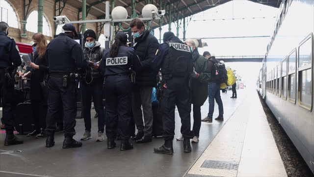 vidéos et rushes de police check for passengers coming from brussels, belgium upon the arrival of the thalys train to enforce testing requirements for the coronavirus at... - contrôle
