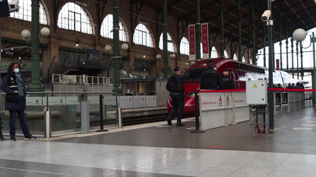 stockvideo's en b-roll-footage met police check for passengers coming from brussels, belgium upon the arrival of the thalys train to enforce testing requirements for the coronavirus at... - treinstation