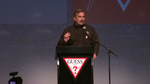 speech police chief charlie beck at guess and peace over violence celebrate the 15th anniversary of denim day at guess headquarters in los angeles ca - 警察署長点の映像素材/bロール