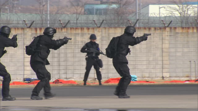 stockvideo's en b-roll-footage met ms ts zo police commando doing simulation exercise against terrorism / incheon, south korea - terrorisme