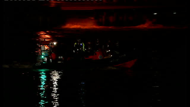 police continue search for missing man after boat capsizes on river thames in surrey; england: surrey: shepperton: ext / night various shots police... - walford stock-videos und b-roll-filmmaterial