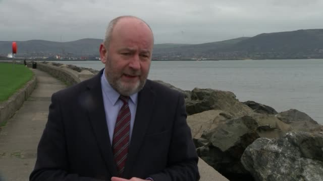 stockvideo's en b-roll-footage met police dealing with two security alerts in londonderry in wake of car bomb northern brian rowan interview sot - channel 4 news