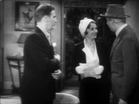 b/w 1931 police detective (eddie kane) talking to frank fay + barbara stanwyck / feature - femmina con gruppo di maschi video stock e b–roll