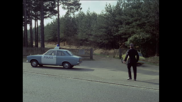 vídeos de stock, filmes e b-roll de montage police detectives investigating crime scene / london, england, united kingdom - 1973