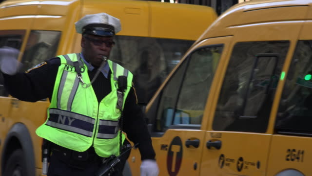nypd police directing traffic in new york city - regeln stock-videos und b-roll-filmmaterial