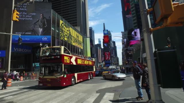 nypd police directing traffic in times square, new york city - dubbeldäckarbuss bildbanksvideor och videomaterial från bakom kulisserna