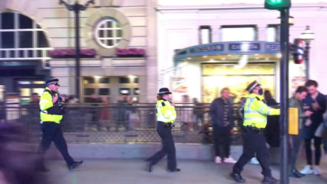 police dispersing crowds in central london after pubs and clubs shut at 10pm due to coronavirus restrictions - nightclub stock videos & royalty-free footage