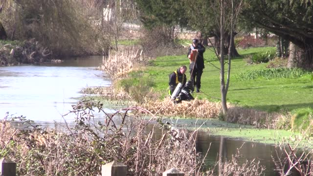 vídeos de stock e filmes b-roll de police divers search near rope walk in sandwich, kent, after a body found hidden in woodland at ashford was identified as that of 33-year-old sarah... - encontrar