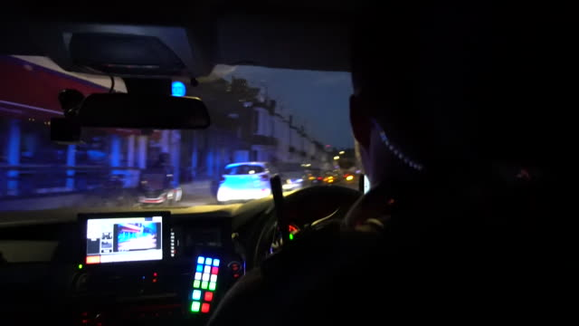 pov police driving along london road at night - 追いかける点の映像素材/bロール
