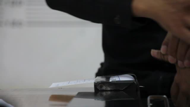 vídeos de stock e filmes b-roll de o cálculo das impressões digitais das polícia suspeitos. - detenção