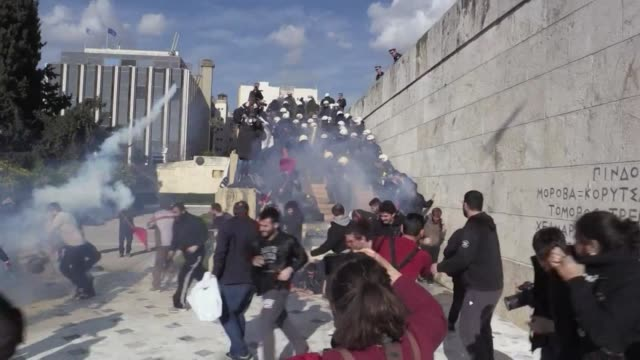 police fire teargas on protesters outside parliament in athens as thousands of workers demonstrate against changes to a 36 year old industrial action... - grecia stato video stock e b–roll