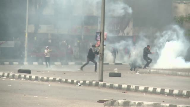 police fired tear gas friday at islamists who demonstrated in egypt, defying a new law banning unauthorised protests that has also angered activists... - dominering bildbanksvideor och videomaterial från bakom kulisserna