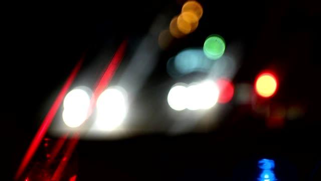 polizei verkehr bokeh nacht stadt begeistert - polizeiauto stock-videos und b-roll-filmmaterial