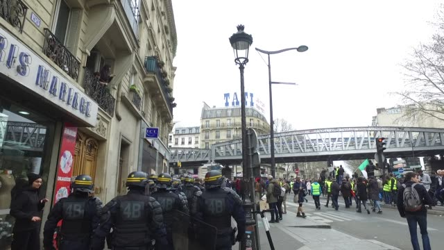 vídeos de stock, filmes e b-roll de police force with yellow vests and an algerian flag in the barbes district in paris - vest