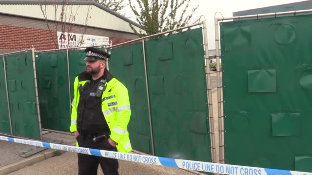 police forensic investigation officers stand in front of the site where 39 bodies were discovered in the back of a lorry on october 23 2019 in... - connection in process stock-videos und b-roll-filmmaterial