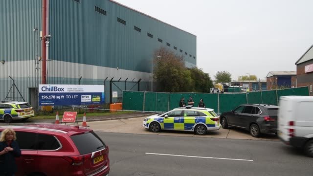police forensic investigation officers stand near the site where 39 bodies were discovered in the back of a lorry on october 23, 2019 in thurrock,... - エセックス州点の映像素材/bロール